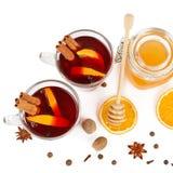 Καυτό κόκκινο θερμαμένο κρασί, μέλι μελισσών, φέτες των πορτοκαλιών και καρυκεύματα ISO Στοκ Φωτογραφία