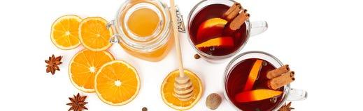 Καυτό κόκκινο θερμαμένο κρασί, μέλι μελισσών, φέτες των πορτοκαλιών και καρυκεύματα ISO Στοκ εικόνα με δικαίωμα ελεύθερης χρήσης