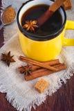Καυτό μαύρο τσάι με τα καρυκεύματα σε μια κεραμική κούπα βαμμένος στοκ εικόνες