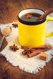 Καυτό μαύρο τσάι με την κανέλα σε μια κεραμική κούπα βαμμένος στοκ εικόνα με δικαίωμα ελεύθερης χρήσης