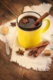 Καυτό μαύρο τσάι με την κανέλα σε μια κεραμική κούπα βαμμένος στοκ εικόνες