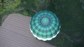 Καυτό μπαλόνι πέρα από το δάσος απόθεμα βίντεο