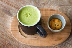 Καυτό ξύλινο υπόβαθρο matcha Greentea latte Στοκ Εικόνες
