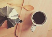 Καυτό δοχείο καφέ και moka με το ξύλινο κουτάλι στοκ εικόνα