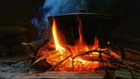 Καυτό δοχείο στην πυρκαγιά με τον καπνό Στοκ Εικόνα
