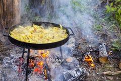 Καυτό παν σύνολο wok της τηγανισμένης πατάτας στην πυρκαγιά στο δάσος Στοκ Εικόνες
