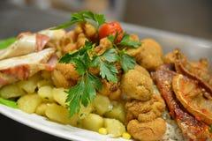 Καυτό πιάτο κρέατος με τα τηγανισμένα μανιτάρια Στοκ Εικόνες