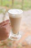 Καυτό ποτήρι χεριών του καφέ στοκ φωτογραφίες με δικαίωμα ελεύθερης χρήσης