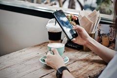 Καυτό πρόγευμα φλυτζανιών καφέ το πρωί Στοκ εικόνα με δικαίωμα ελεύθερης χρήσης