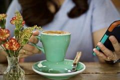 Καυτό πρόγευμα φλυτζανιών καφέ το πρωί Στοκ φωτογραφία με δικαίωμα ελεύθερης χρήσης