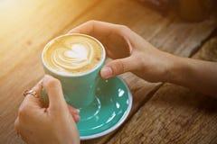 Καυτό πρόγευμα φλυτζανιών καφέ το πρωί Στοκ εικόνες με δικαίωμα ελεύθερης χρήσης