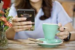 Καυτό πρόγευμα φλυτζανιών καφέ το πρωί Στοκ Εικόνες