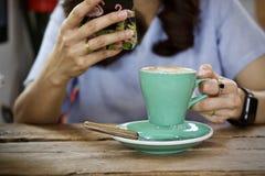 Καυτό πρόγευμα φλυτζανιών καφέ το πρωί Στοκ φωτογραφίες με δικαίωμα ελεύθερης χρήσης