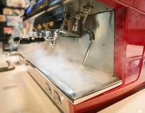Καυτό ρεύμα απελευθέρωσης μηχανών καφέ για την κατασκευή του καφέ Στοκ Εικόνα