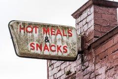 Καυτό σημάδι λογότυπων γευμάτων και πρόχειρων φαγητών στο τουβλότοιχο φραγμών μπαρ καφέδων Στοκ Εικόνα