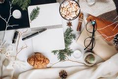 Καυτό σοκολάτα ή κακάο με marshmallow, τα μπισκότα, το κατασκευασμένο πουλόβερ σημειωματάριων και ταρτάν επάνω με στο άσπρο υπόβα στοκ εικόνες με δικαίωμα ελεύθερης χρήσης