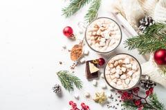Καυτό σοκολάτα ή κακάο Χριστουγέννων με marshmallow στο λευκό στοκ εικόνα