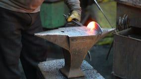 Καυτό σφυρηλατημένο κομμάτι σιδήρου στο αμόνι Χειροποίητος σιδηρουργός απόθεμα βίντεο