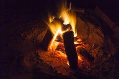 Καυτό σύνολο εστιών του καψίματος ξύλου και πυρκαγιάς στοκ φωτογραφίες