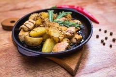Καυτό τηγάνι μοιράσματος με το κοτόπουλο και τις πατάτες Στοκ Εικόνες