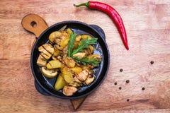 Καυτό τηγάνι μοιράσματος με το κοτόπουλο και τις πατάτες Στοκ εικόνες με δικαίωμα ελεύθερης χρήσης