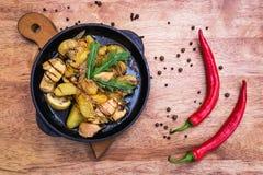 Καυτό τηγάνι μοιράσματος με το κοτόπουλο και τις πατάτες Στοκ φωτογραφία με δικαίωμα ελεύθερης χρήσης