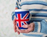 καυτό τσάι ατόμων ποτών Στοκ εικόνες με δικαίωμα ελεύθερης χρήσης