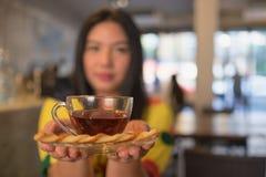 Καυτό τσάι και μουτζουρωμένη γυναίκα Στοκ Εικόνα