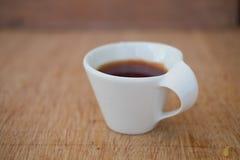 Καυτό τσάι κινηματογραφήσεων σε πρώτο πλάνο στο άσπρο κεραμικό φλυτζάνι Στοκ Φωτογραφίες