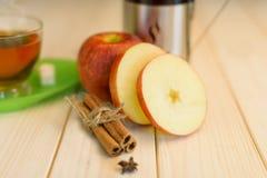 Καυτό τσάι με την κανέλα και το μήλο Στοκ Φωτογραφίες