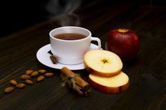 Καυτό τσάι με την κανέλα και το μήλο Στοκ εικόνες με δικαίωμα ελεύθερης χρήσης