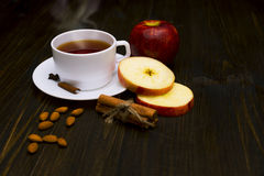 Καυτό τσάι με την κανέλα και το μήλο Στοκ φωτογραφία με δικαίωμα ελεύθερης χρήσης