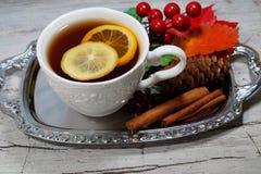 Καυτό τσάι με το λεμόνι τα βράδια φθινοπώρου και χειμώνα - ένας εορταστικός πίνακας στοκ εικόνες