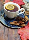 Καυτό τσάι με το λεμόνι τα βράδια φθινοπώρου και χειμώνα - ένας εορταστικός πίνακας στοκ φωτογραφία με δικαίωμα ελεύθερης χρήσης
