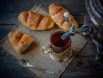 Καυτό τσάι με croissant Στοκ Εικόνες