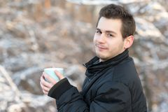 Καυτό τσάι ποτών ατόμων στη φύση Στοκ φωτογραφίες με δικαίωμα ελεύθερης χρήσης