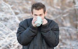 Καυτό τσάι ποτών ατόμων στη φύση Στοκ Εικόνα