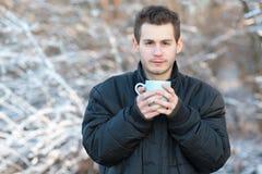 Καυτό τσάι ποτών ατόμων στη φύση Στοκ Εικόνες
