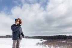 Καυτό τσάι ποτών ατόμων στο φλυτζάνι thermos στο χειμερινό δασικό οδοιπόρο Στοκ εικόνες με δικαίωμα ελεύθερης χρήσης