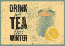 Καυτό τσάι ποτών αυτός ο χειμώνας Τυπογραφική εκλεκτής ποιότητας αφίσα ύφους grunge τσαγιού με την κούπα και τα εσπεριδοειδή αναδ διανυσματική απεικόνιση