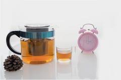 Καυτό τσάι που τίθεται με το φλυτζάνι και το δοχείο γυαλιού στο απομονωμένο υπόβαθρο στο χρόνο τσαγιού Στοκ Εικόνες