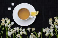 Καυτό τσάι προγευμάτων άνοιξη και μια ανθοδέσμη των snowdrops Στοκ Εικόνες