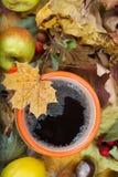 Καυτό τσάι σε ένα πορτοκαλί φλυτζάνι στα ξηρά φύλλα Στοκ φωτογραφίες με δικαίωμα ελεύθερης χρήσης