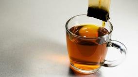 Καυτό τσάι σε μια κούπα σακουλιών απόθεμα βίντεο