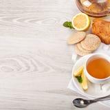 Καυτό τσάι στο άσπρο φλυτζάνι Στοκ Φωτογραφία