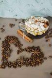 Καυτό φλιτζάνι του καφέ με τα καρυκεύματα στοκ εικόνα