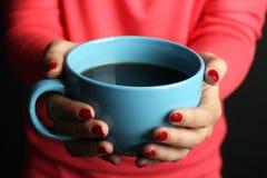 Καυτό φλιτζάνι του καφέ στα χέρια των γυναικών Στοκ Εικόνες