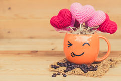Καυτό φλυτζάνι καφέ προσώπου χαμόγελου με arabica το φασόλι καφέ Στοκ φωτογραφία με δικαίωμα ελεύθερης χρήσης