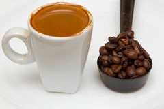 Καυτό φλυτζάνι του espresso σε ένα άσπρο υπόβαθρο Στοκ Εικόνες