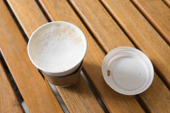 καυτό cappuccino στο φλυτζάνι εγγράφου Στοκ φωτογραφία με δικαίωμα ελεύθερης χρήσης